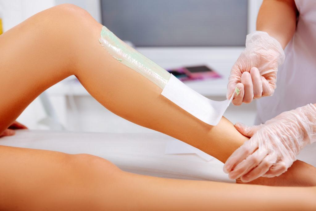 Depilacja woskiem – nogi