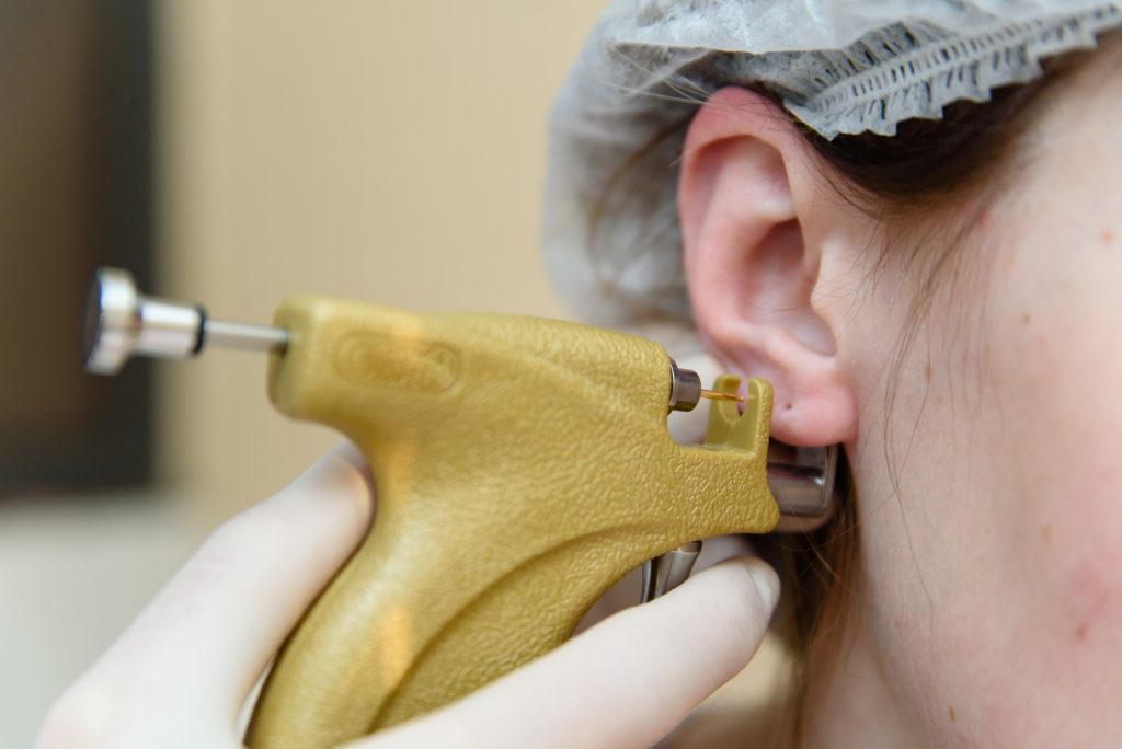 Przekłuwanie uszu przy pomocy pistoletu